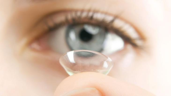 Médicos alertam para infecções causadas por mau uso de lentes de contato.