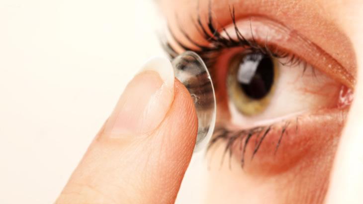 Verão aumenta risco de lentes de contato