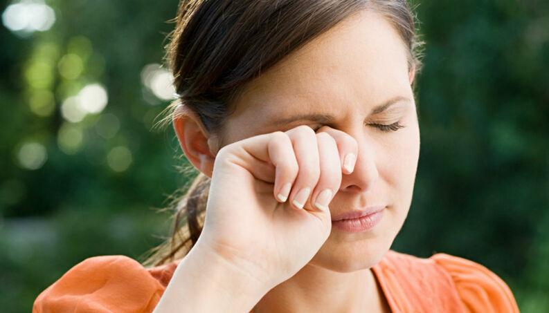 Coçar os olhos pode desencadear doença grave.