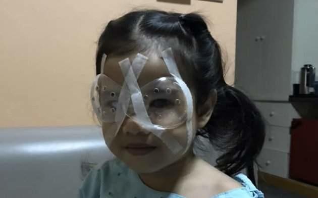 Menina de 4 anos faz cirurgia nos olhos após uso excessivo de celular